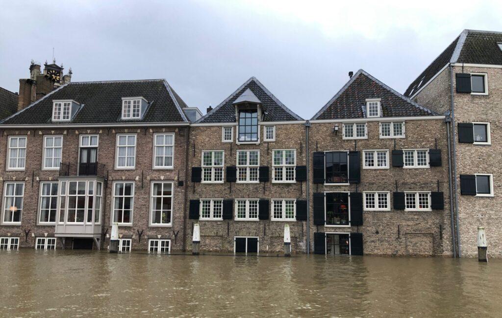 Overstroming in Dordrecht. Ondergelopen straten.